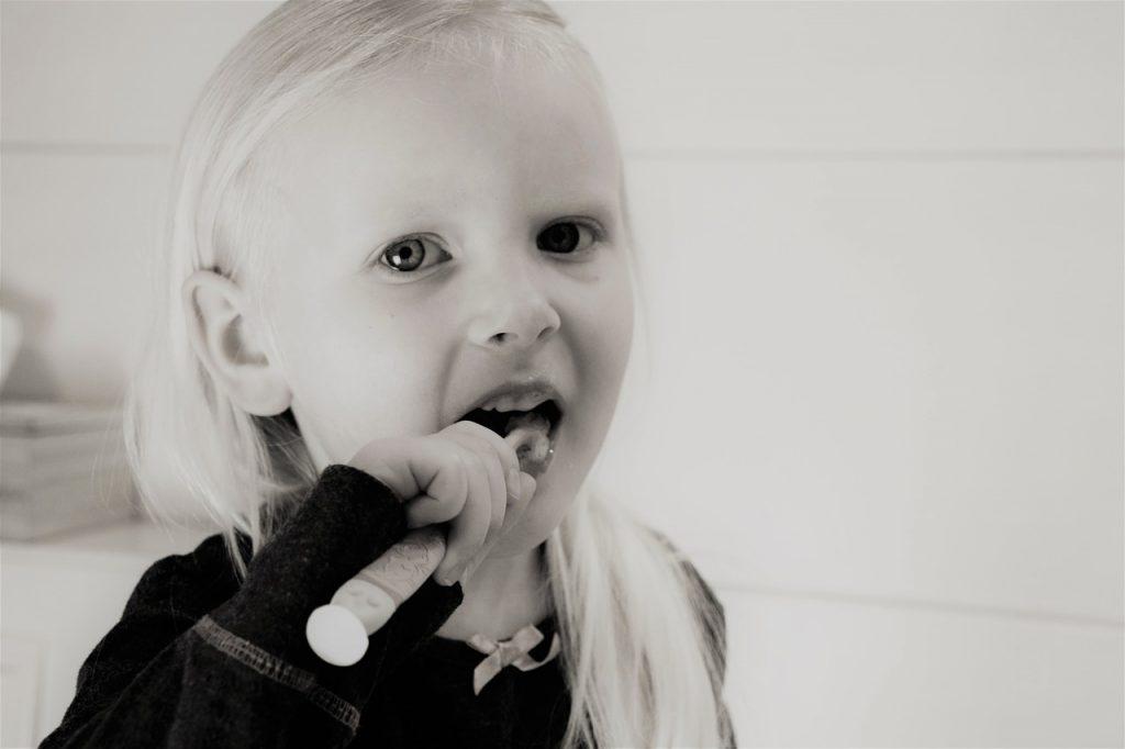 nina lavando diente